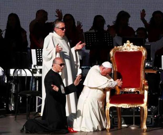 pope-francis-praying 3ok